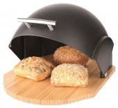Chlebak wykonany z drewna w kolorze naturalnym, zaś pokrywa z tworzywa sztucznego w czarnym kolorze.