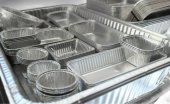 Pojemnik z folii aluminiowej do zastosowań w gastronomii.